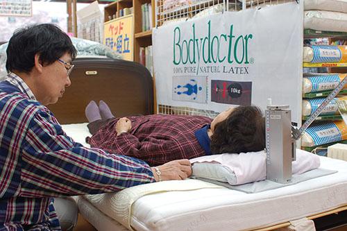 枕の高さ測定中